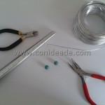 Materiales necesarios para hacer un anillo con alambre de aluminio y abalorios