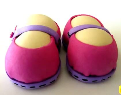 un tutorial para hacer unos zapatos para tus muñecas fofuchas