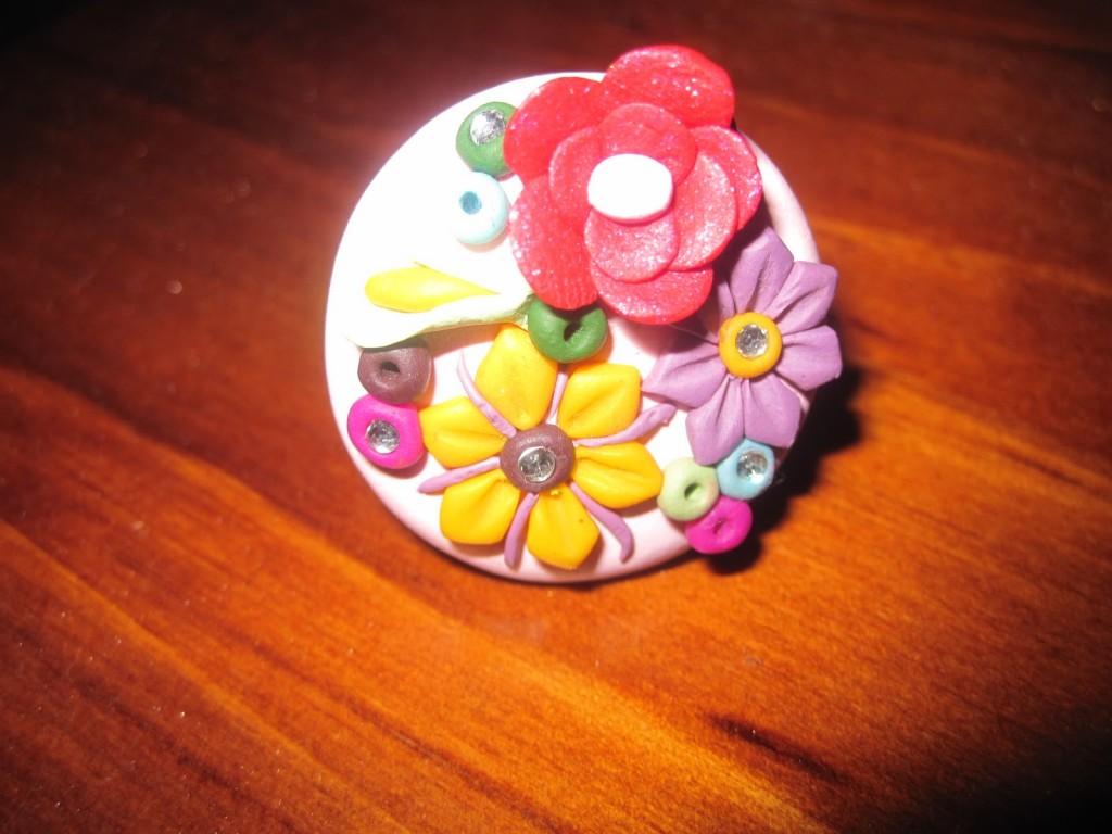 Anillo pasta para modelar decorado con flores