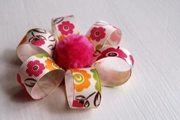 flor con cintas de colores