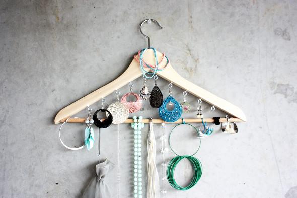 percha como organizador para joyas