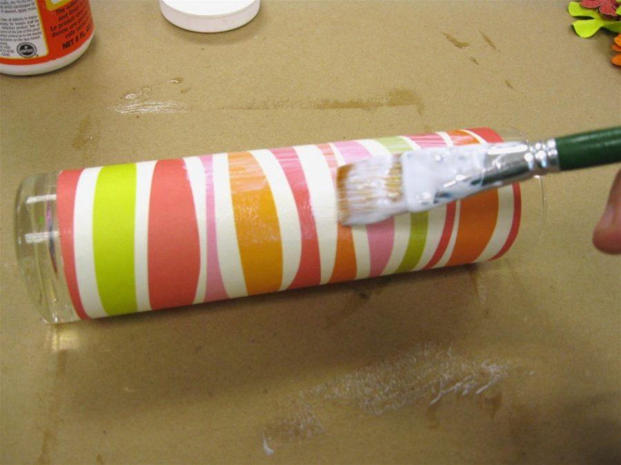 Aplicando cola sobre papel scrapbook