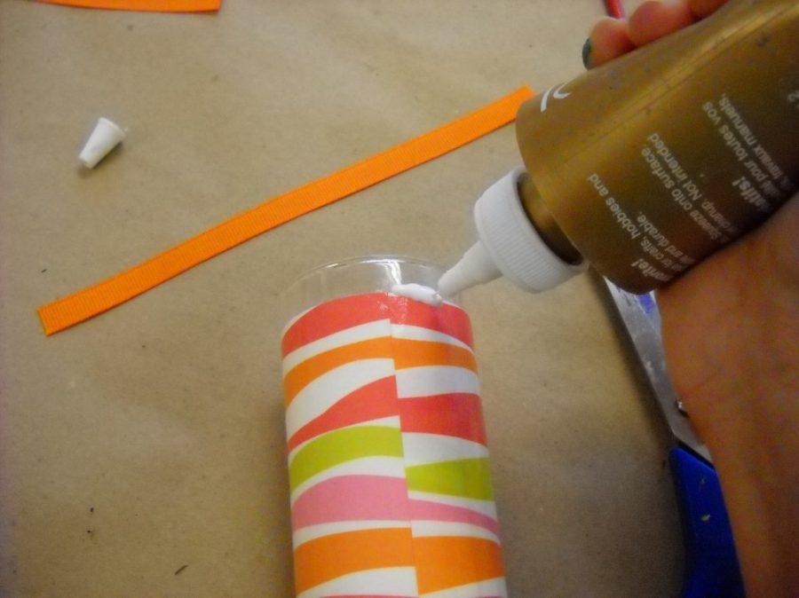 Pegando cinta decorativa