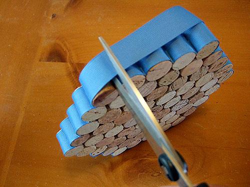 cortar exceso de cinta pegada a tapones de corcho