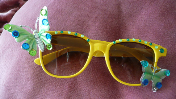 gafas decoradas con abalorios y mariposas