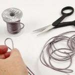 materiales necesarios para manualidad de pulsera de cuero trenzado con abalorio en el centro