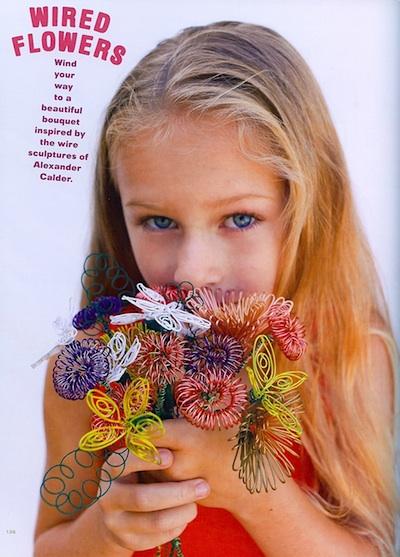 niña con ramo de flores de alambre
