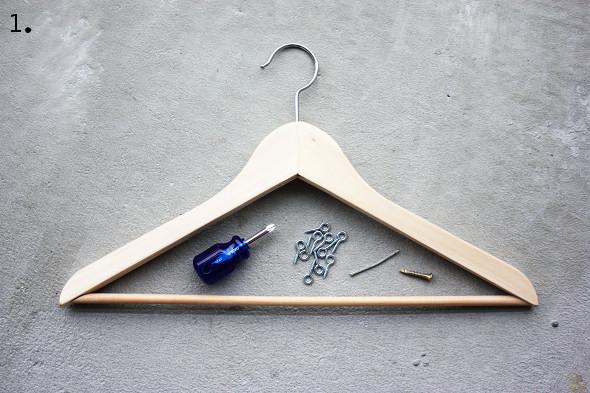 una percha como organizador para collares y pulseras