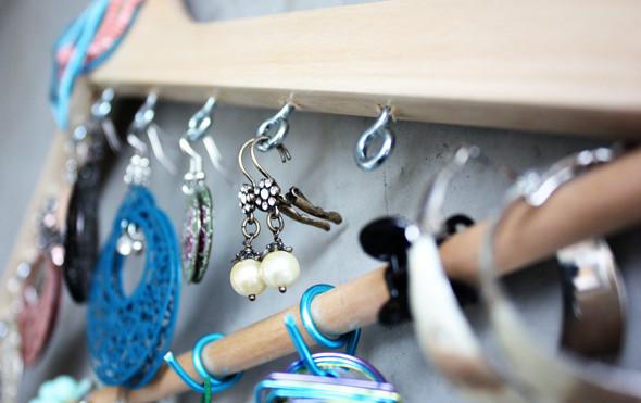 pendientes y collares organizados