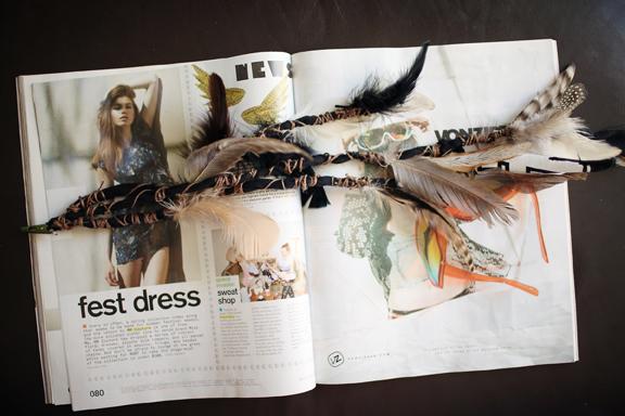 adorno de tela y plumas