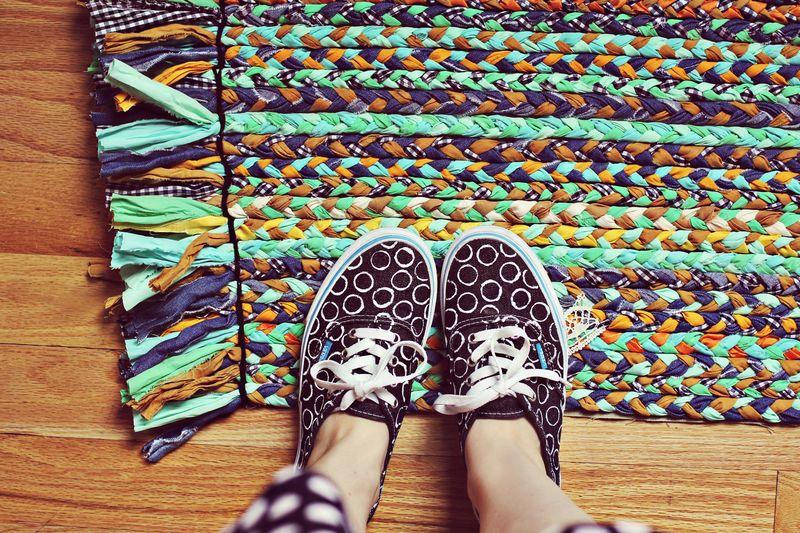 C mo hacer una alfombra con retales de tela o trapillo - Telas para alfombras ...