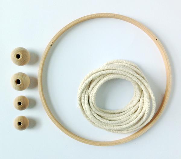 bastidor, abalorios de madera y una cuerda