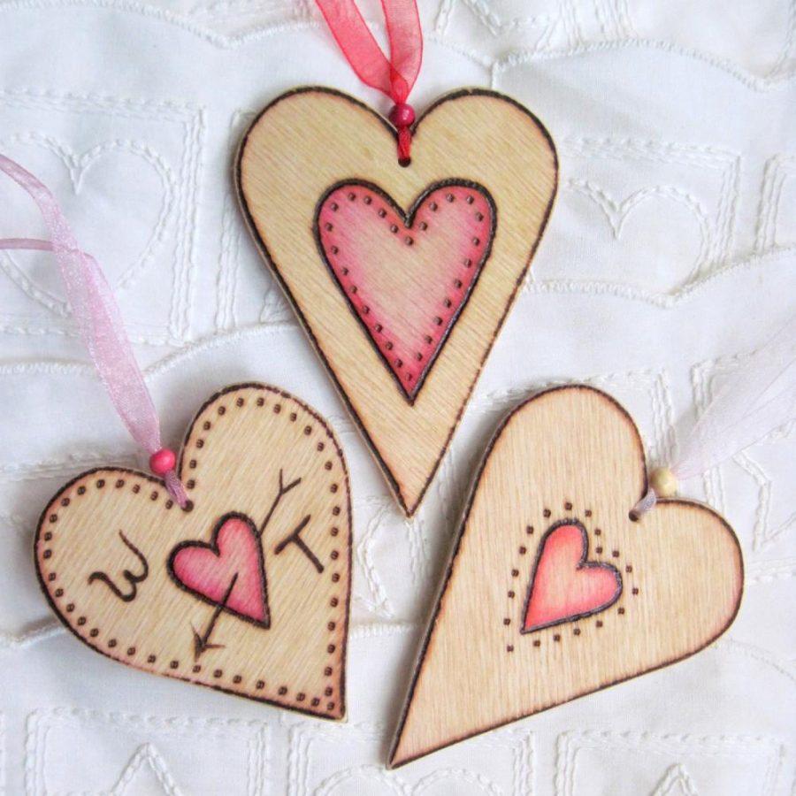 colgantes en forma de corazon de madera