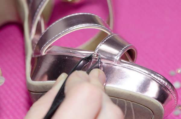 pegando circonitas en sandalia