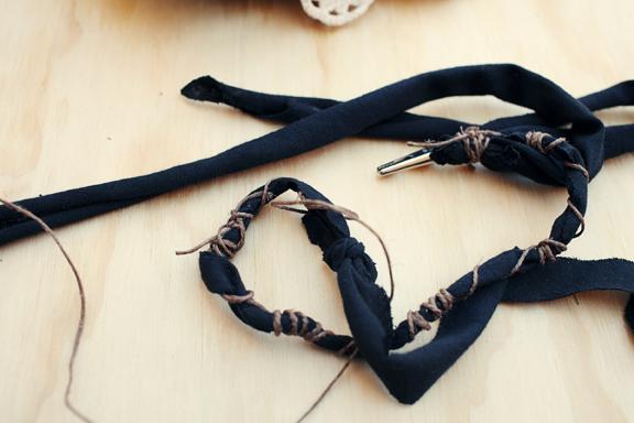 tira de tela con cuerda y pinzas enerollada