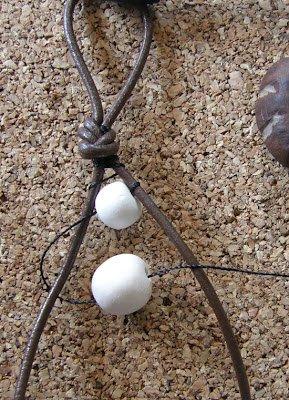 hacer pulsera de cuero y abalorios de piedra