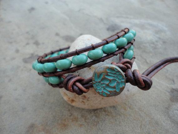 pulsera de cuero y abalorios de piedra