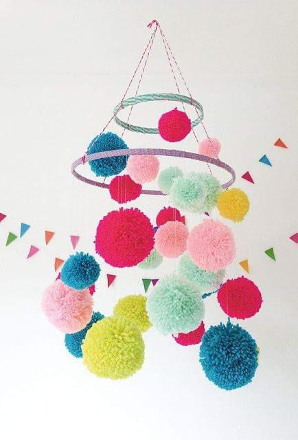 adorno móvil con pompones de lana