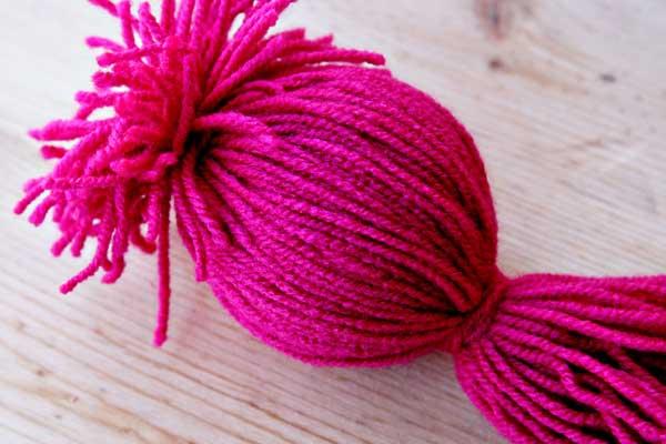 lana rosa con bola de poliespan dentro para hacer un pulpo de lana