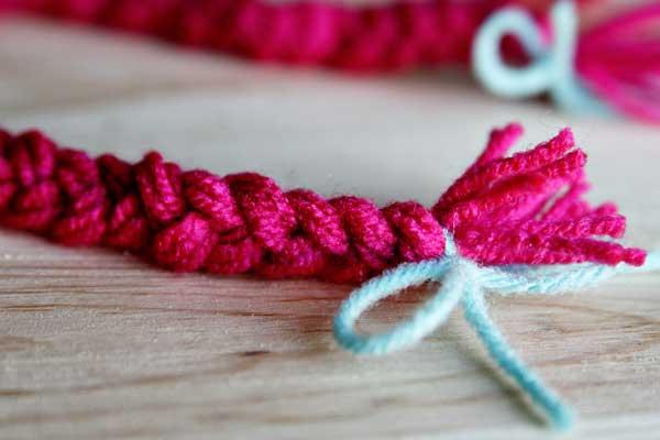 trenzas de lana rosa para hacer las patas de un pulpo