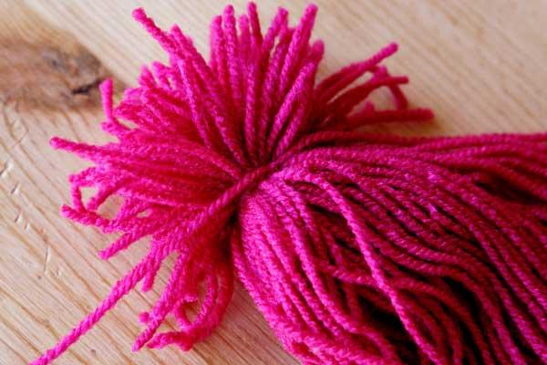 unir lana rosa para hacer un pulpo de lana