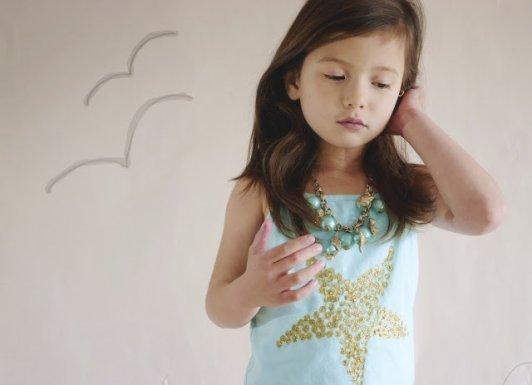 niña con camiseta de estrella