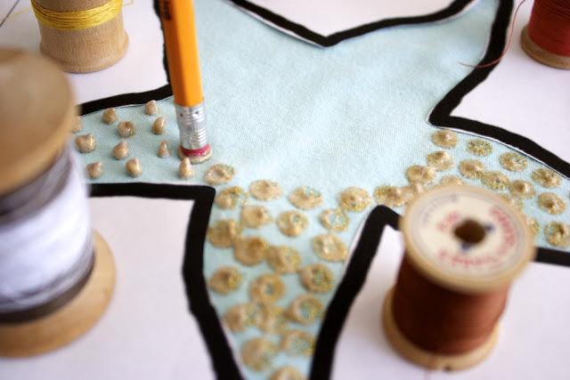 aplastar la pintura dorada con un lapiz