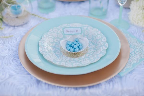 cartel de bodas en un plato
