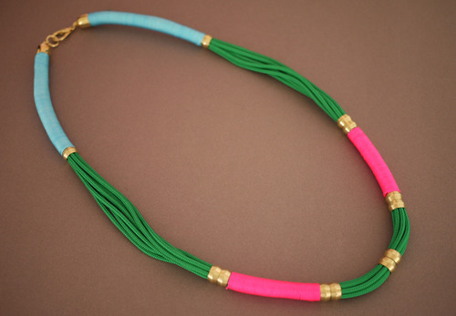 collar de cuerdas de colores