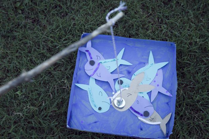 juego infantil de peces de cartulina y caja de cartón