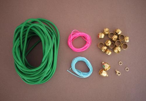 materiales para hacer un collar de colores con cordones