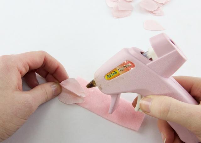 pegar petalos de tela sobre un trozo de fieltro