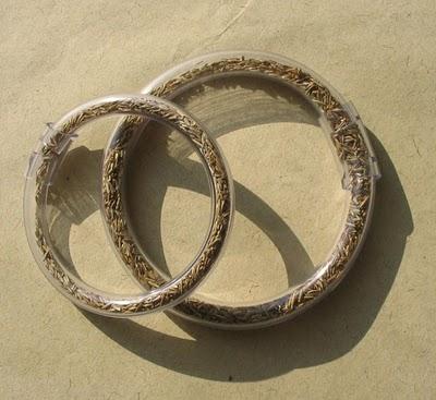 pulsera de tubo transparente y semillas