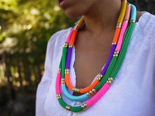 collar de colores con cuerdas y cordones