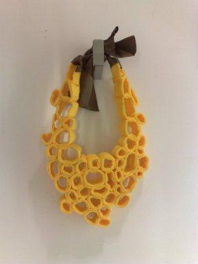 collar de fieltro amarillo