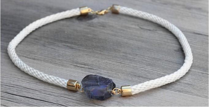 Collar con cuerda y una piedra