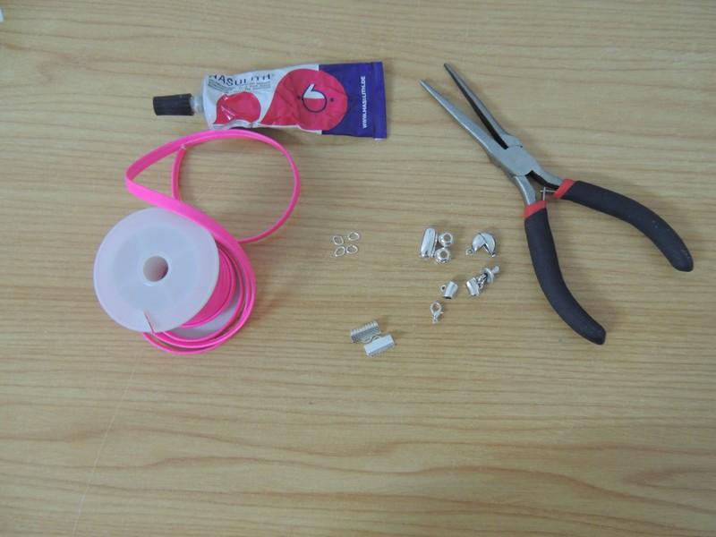 materiales para la pulsera de tira de cuero