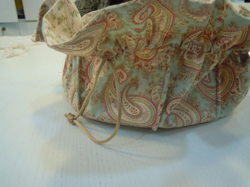 Metemos los cordones para nuestro costurero con tela patchwork