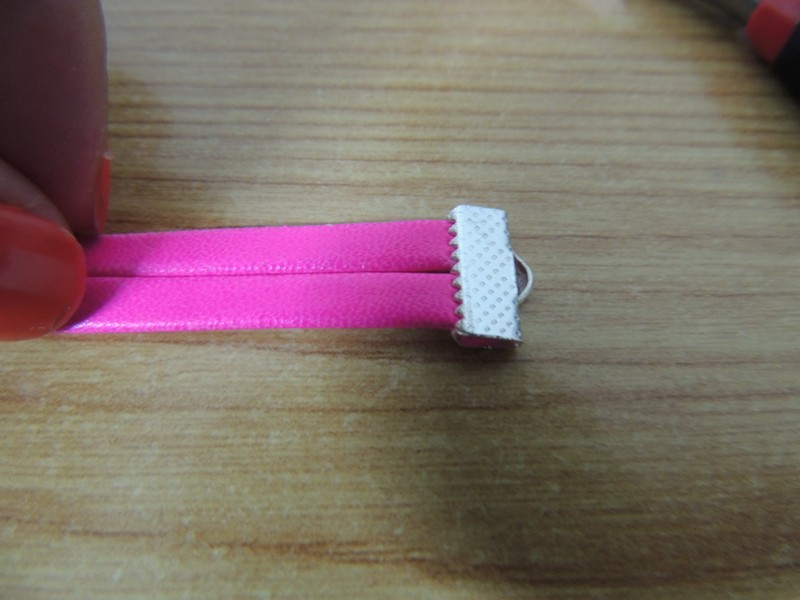 Poner terminal dentado a pulsera de cuero
