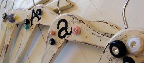 perchas de madera decoradas con botones