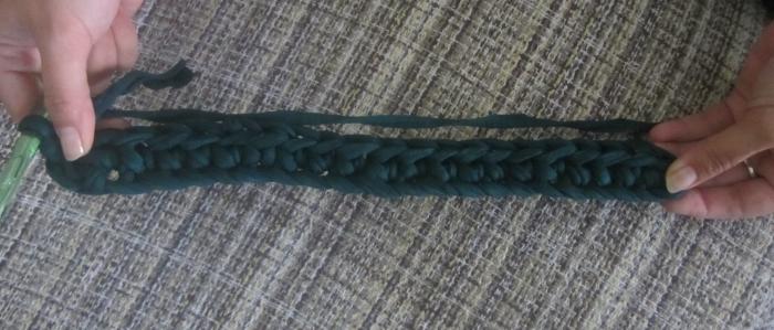 Tejiendo base de cadeneta de trapillo para bolso