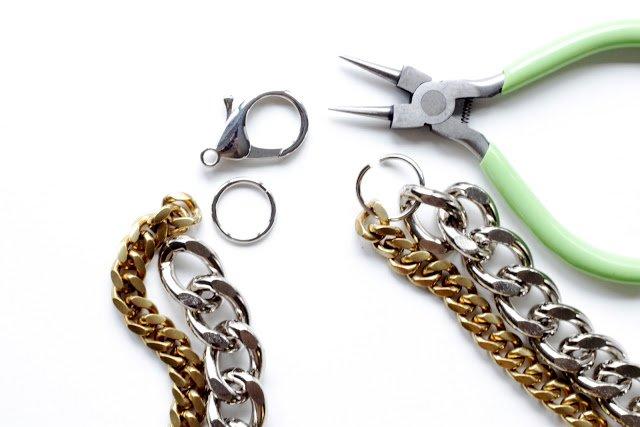 abrir las anillas con los alicates para hacer una pulsera de cadena doble