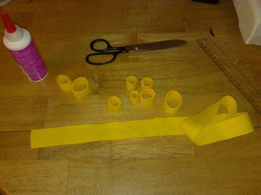 circulos hechos de fieltro amarillo