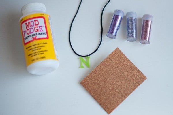 materiales para hacer un colgante letra con purpurina