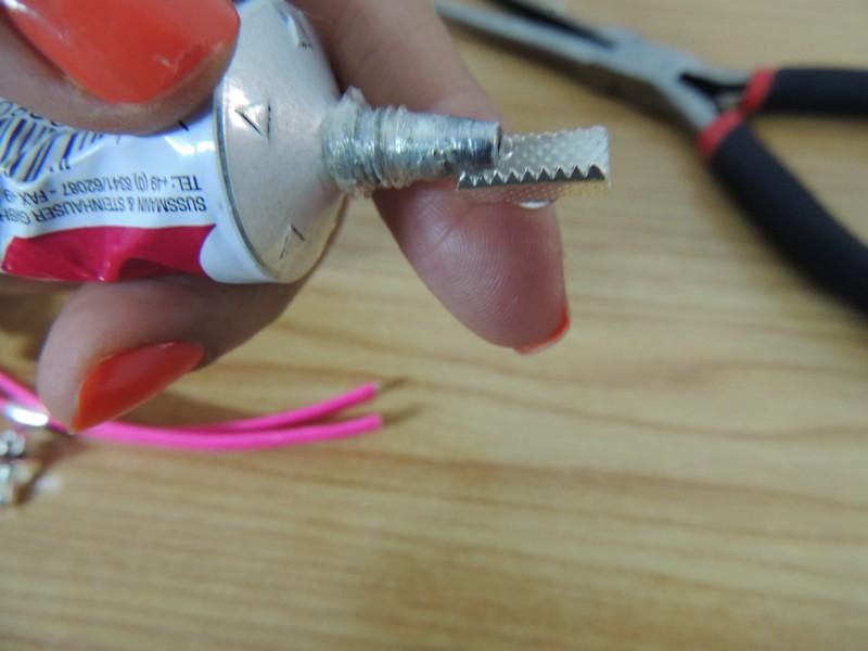 poner pegamento a terminales dentados para pulsera