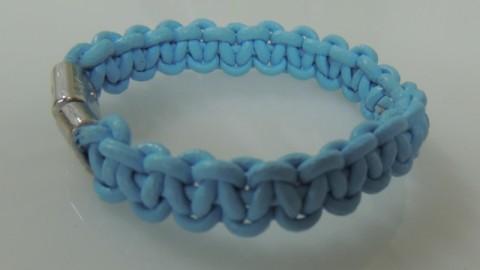 Pulsera nudo macrame plano en cordon de cuero azul