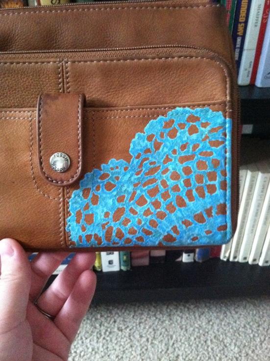 bolso pintado con pintura azul
