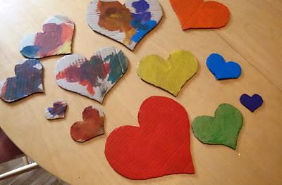 corazones de carton pintados