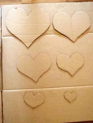 corazones de carton sobre superficie de carton