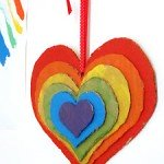 corazón en 3d colgando de la pared